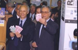 Itamar Franco (á direita) exibe notas de Real