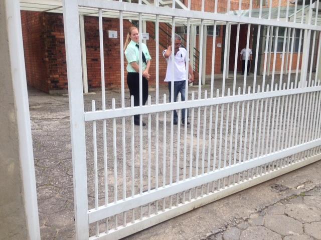 Em diversos locais de prova os portões já estavam programados para fechar automaticamente às 13h