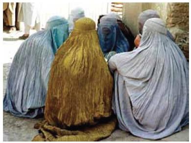 Mulheres vestindo burcas no Afeganistão